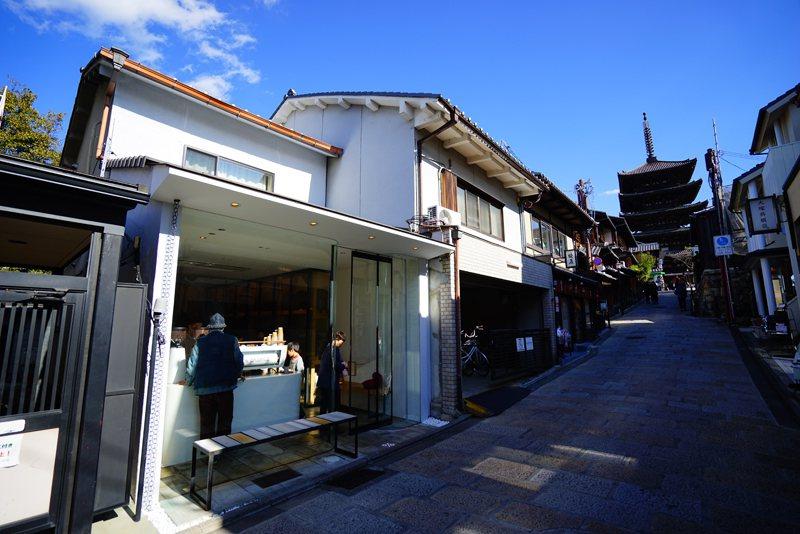 東山店開設在經典地標八坂塔下,地理位置非常好。