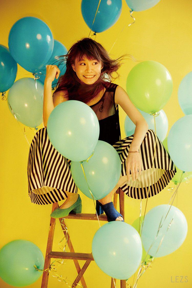 成長過後的鄭宜農,就像手中的氣球,散發著快樂的氣息。圖/頤創藝提供