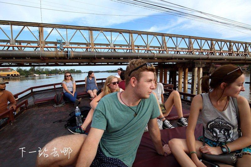 搭船暢遊貢布河。 攝影/賴勳毅
