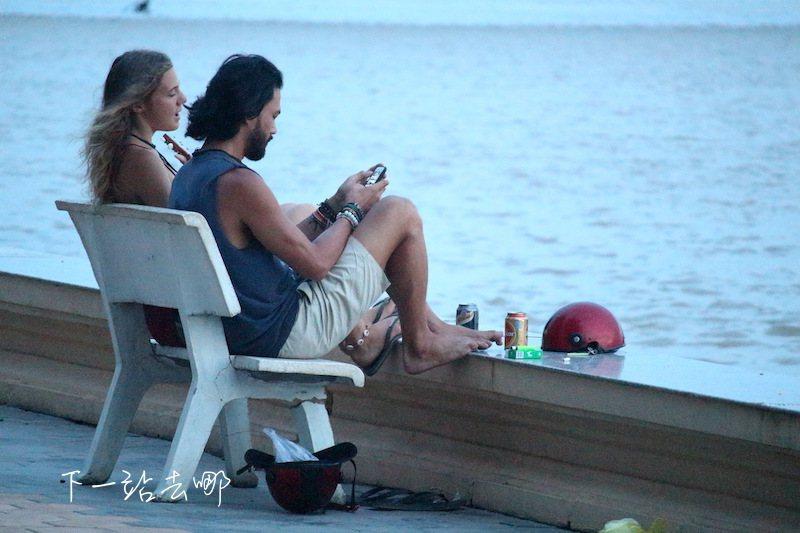 河畔休憩的遊客。 攝影/賴勳毅