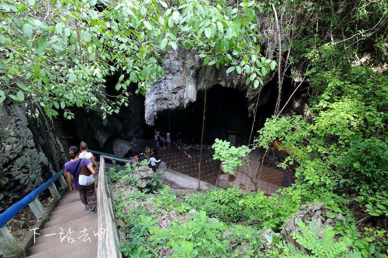 森寶山又稱殺人洞,洞穴內仍存放紅色高棉時期被處決的骨骸。 攝影/賴勳毅
