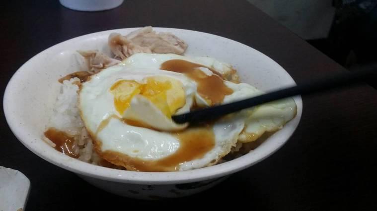 雞肉飯搭配荷包蛋。記者王慧瑛/攝影