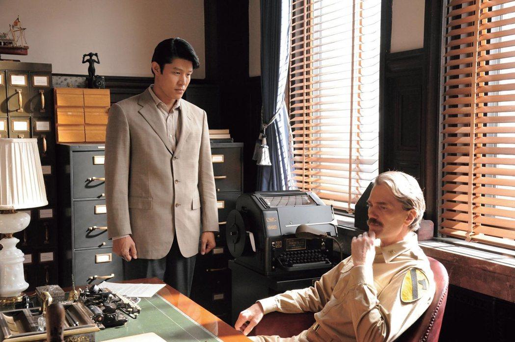 鈴木亮平(左)在「名叫海賊的男人」連換多套西服。圖/采昌提供
