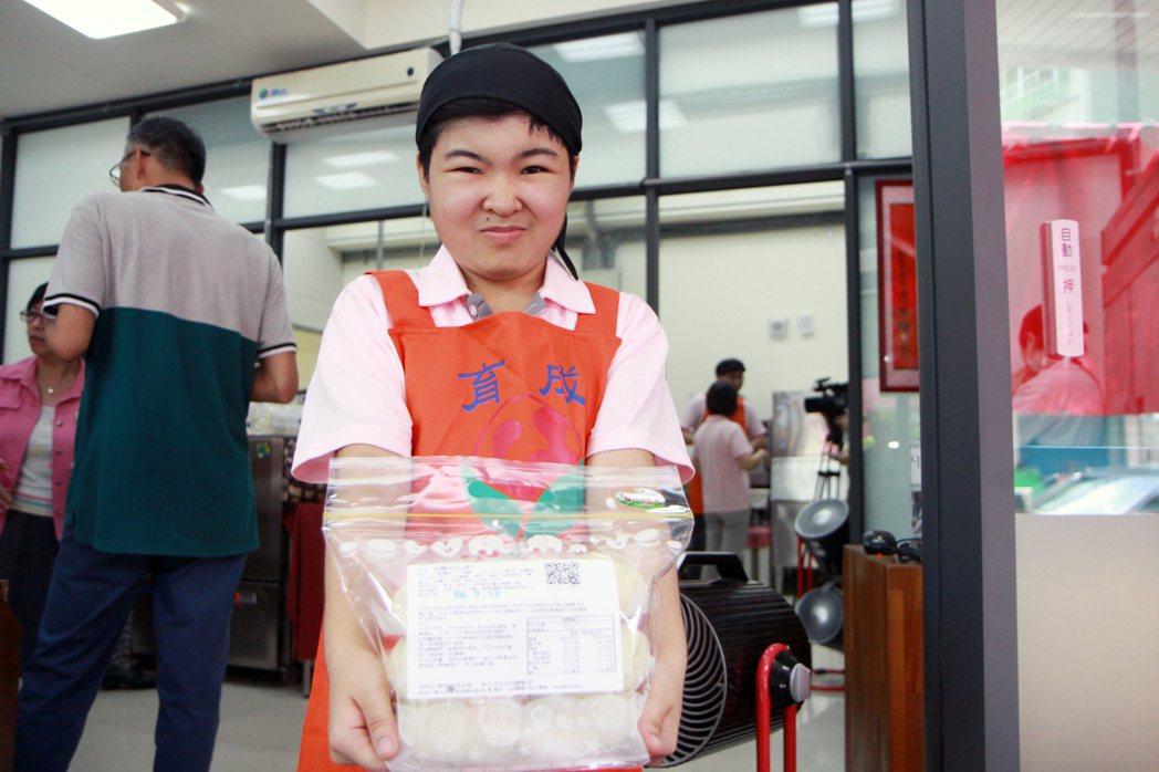 23歲的陳育慧則說,希望能賺大錢,要帶家人出去吃大餐。記者王敏旭/攝影