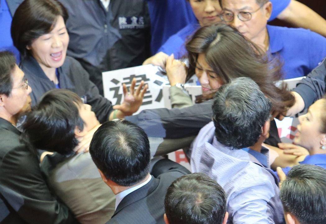 立法院針對前瞻基礎建設預算召開臨時會,國民黨立委蔣萬安不聽警告自行攜帶喇叭來到議...