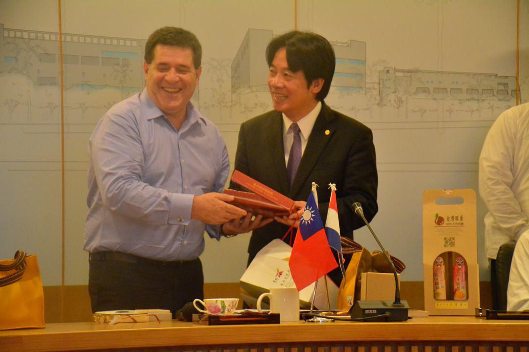 台南市長賴清德(右)致贈巴拉圭總統卡提斯台南傳統肉餅。記者吳淑玲/攝影