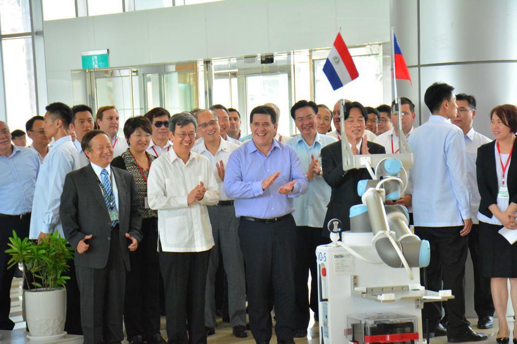 巴拉圭總統卡提斯今天由副總統陳建仁陪同到南部科學工業園區參觀,友上機器人客串迎賓...