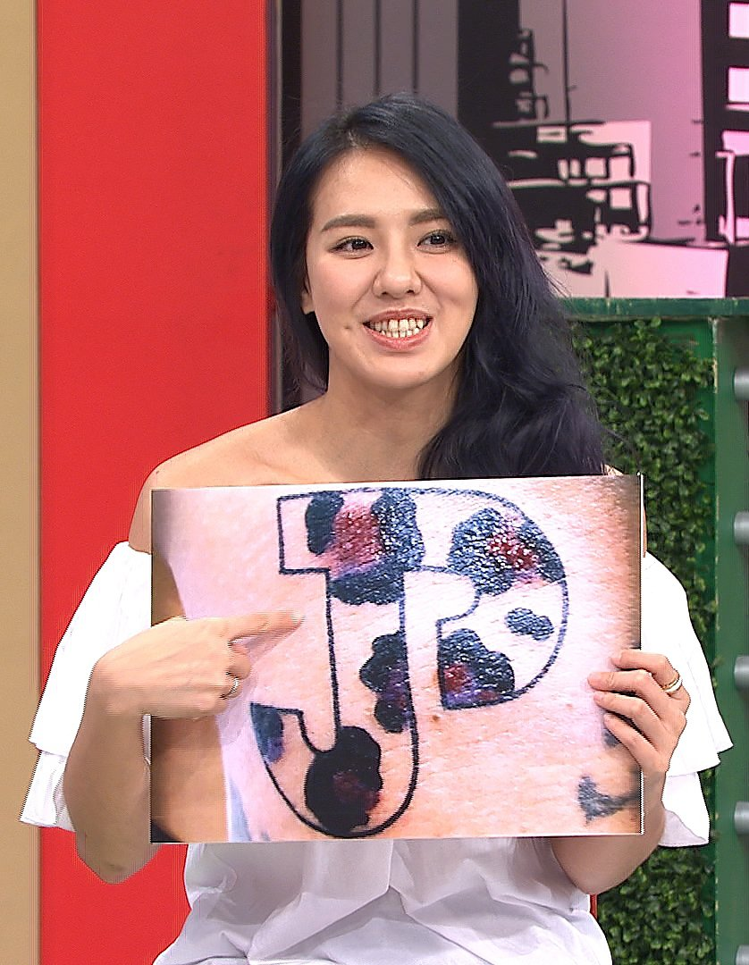 劉雨柔分享老公身上兩人英文字母的刺青。圖/TVBS提供