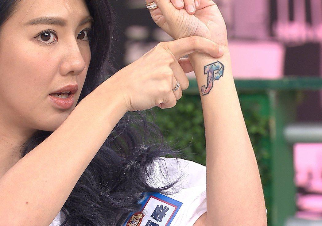劉雨柔隨手設計的兩人英文字母塗鴉 後來成為愛的刺青。圖/TVBS提供