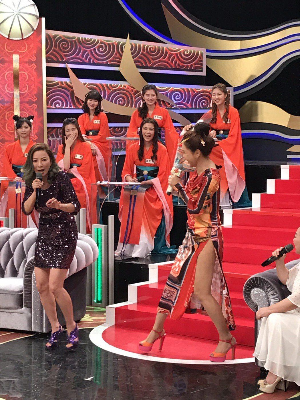 楊繡惠(左)談秀場唱作具佳,利菁也跟她互動熱絡。記者葉君遠/攝影