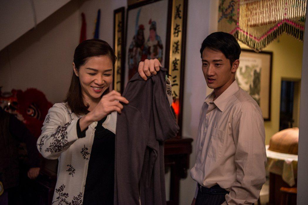 謝盈萱(左)與高英軒在「起鼓.出獅」中演夫妻。圖/公視提供