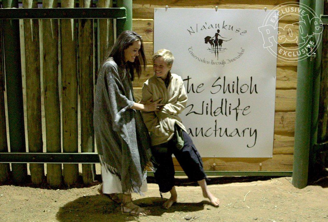 安琪莉娜裘莉與女兒喜蘿很開心來到在納米比亞特別設立的野生動物保護區。圖/摘自「P