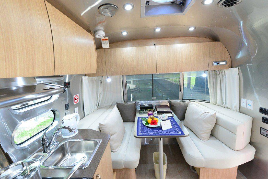 露營車內部十分豪華,在野外也能有在家的感覺。圖/台東日暉渡假村提供
