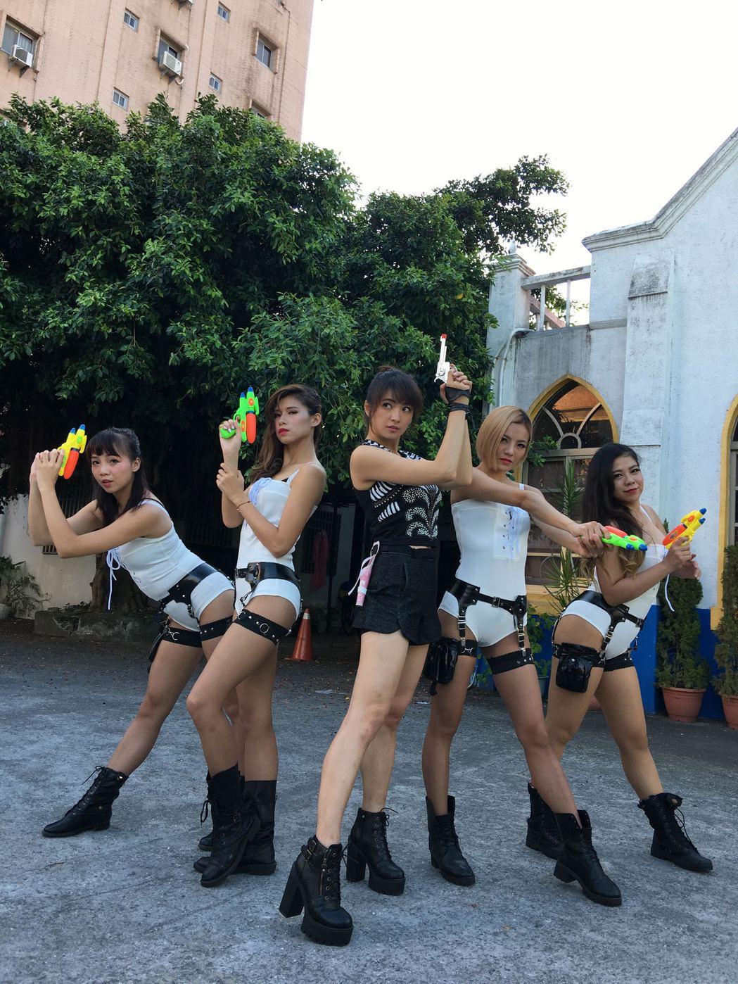 阿喜和辣妹舞群12日在花蓮夏戀嘉年華演唱會演出。圖/天晴音樂提供