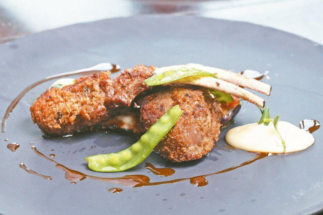 台北文華東方酒店BENCOTTO義大利餐廳的香酥嫩煎羊肋排佐蒜泥、茄子與雪豆。 ...
