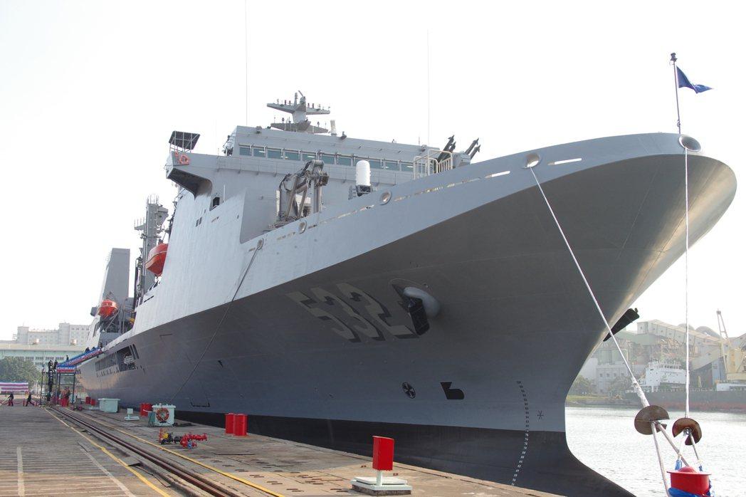 磐石號油彈補給艦,是目前海軍最新的一艘軍艦。  圖/報系資料照