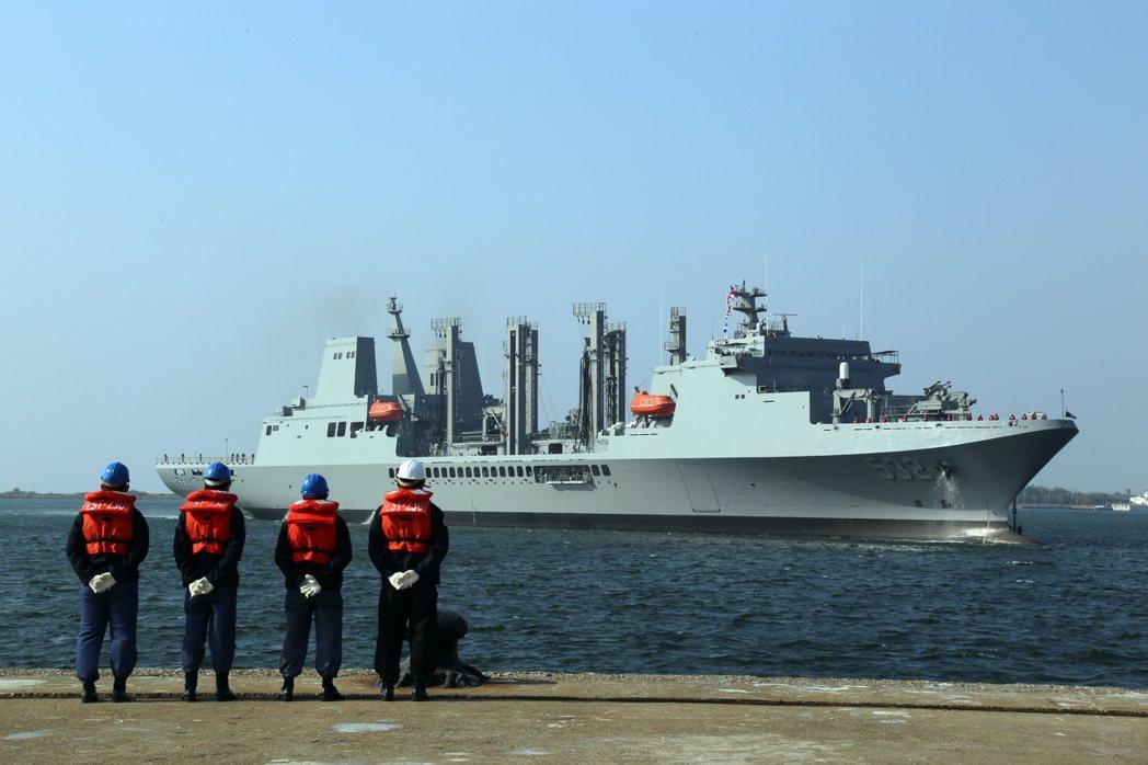 磐石號油彈補給艦側面艦身照。 (軍聞社)