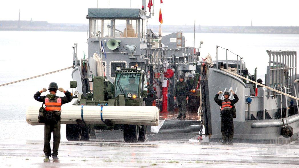 LCU登陸艇可搭載主力戰車等重型裝備搶灘,圖為合字號登陸艇執行裝載。 (軍聞社)