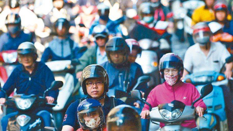 台北橋匝道下的機車族。 報系資料照