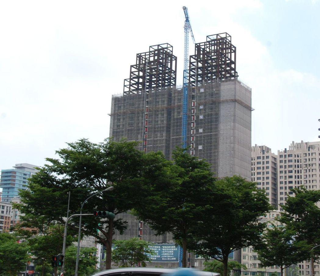 據實地勘察,「雄崗信義美術館」工程進行順利,目前外觀結構已經到28樓。 楊鎮州/...
