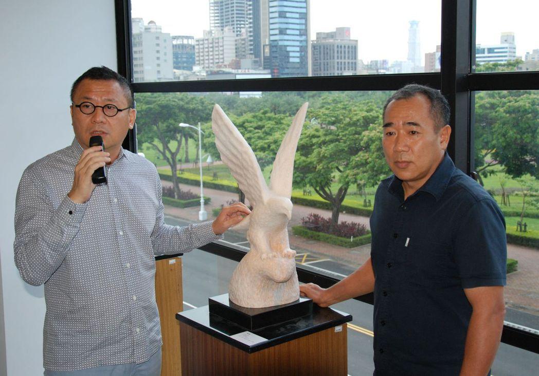 雄崗建設董事長林清吉(左)請藝術家向光華打造獨一無二「雄鷹」石雕,象徵雄崗建設年...