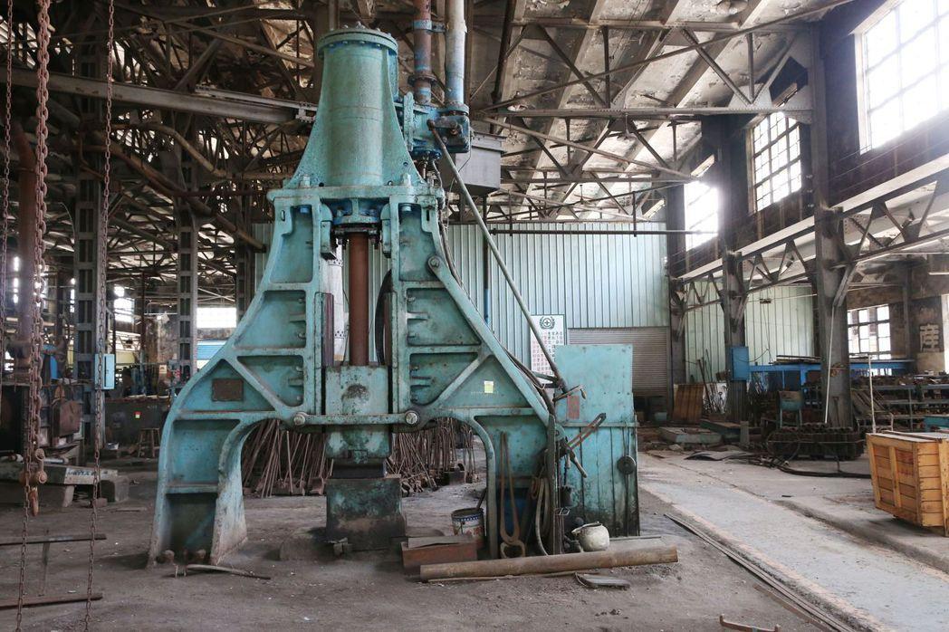 隱身在「鍛冶工場」的鎮館之寶,1889年蒸汽錘。 記者林俊良/攝影