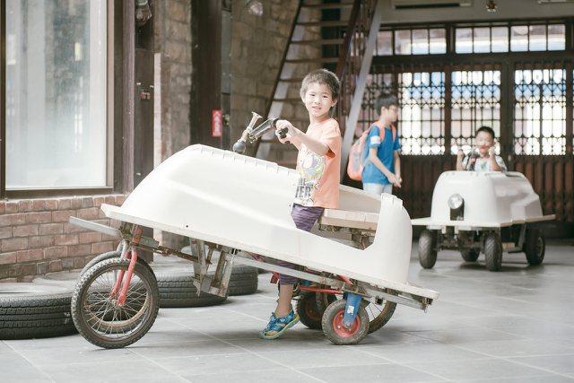 由浴缸打造的汽車充滿童趣。