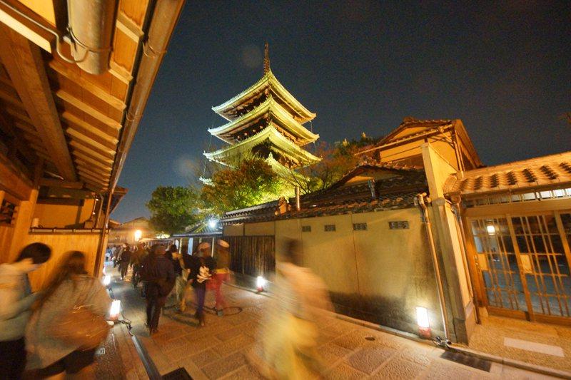 夜間的八坂塔下遊人如織。
