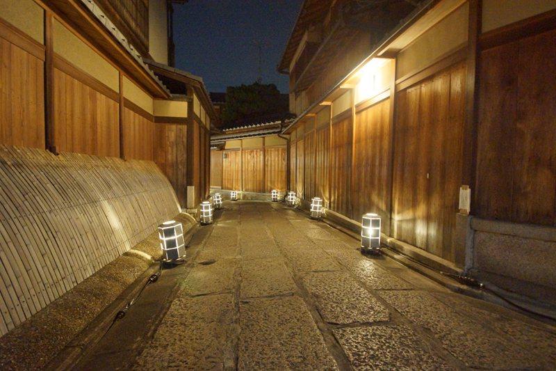 石塀小路沿途點亮了小燈籠,別有一番風味。