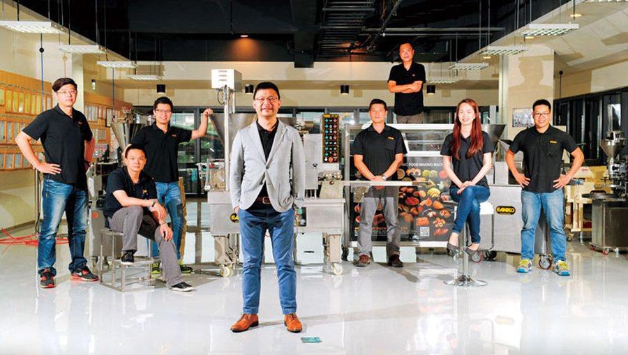 安口總經理歐陽志成( 左4) 帶領的團隊,平均年齡不到35 歲,善用年輕人也是安...