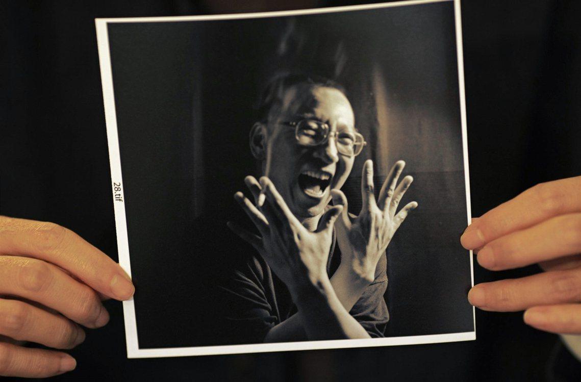 資料圖片:「再見了!」,劉霞手中的劉曉波影像。 圖/路透社