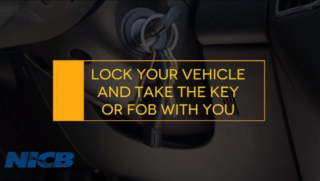 離開愛車前,請記得要拔鑰匙,也不要把鑰匙留在車子裡,引賊入車。 摘自NICB影片