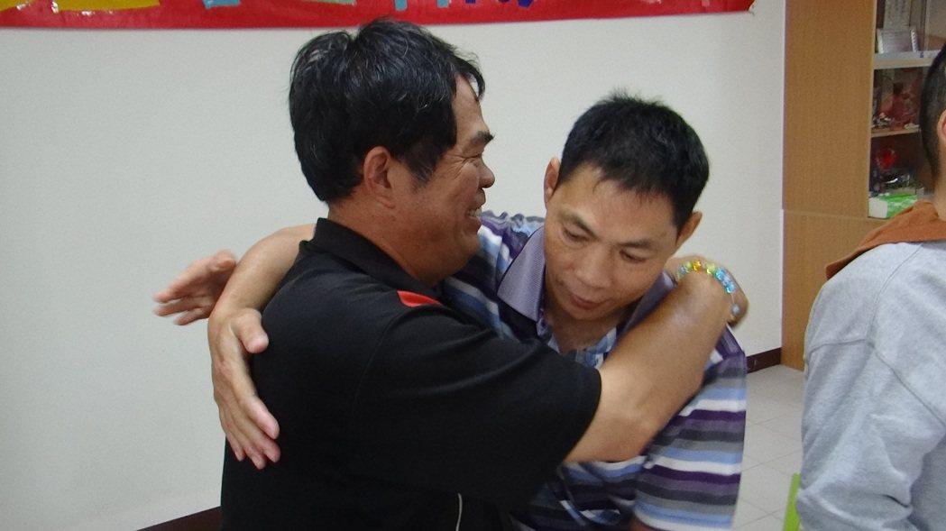 台西林先生擁抱著喜憨的弟弟,一生討海的他感謝華聖讓弟弟安置。 記者蔡維斌/攝影