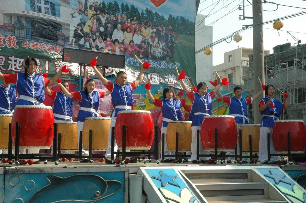 苦練幾年,華聖鼓隊終能登上舞台,成為國內第一支喜憨鼓隊。 圖/本報資料照