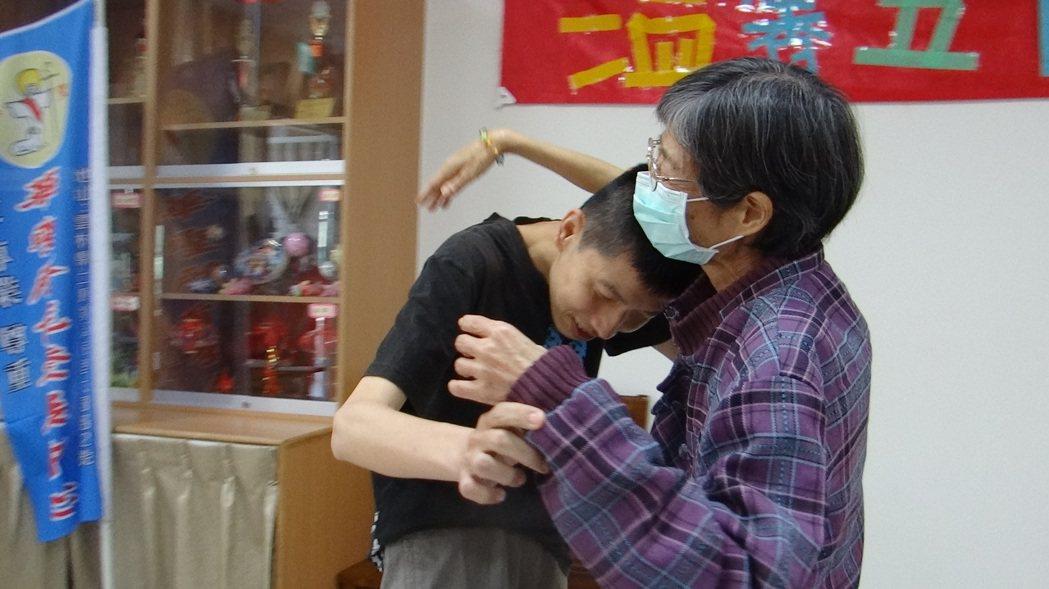罹癌隨時可能離開孩子的張素蜜(右)總是把握機會擁抱兒子。 記者蔡維斌/攝影