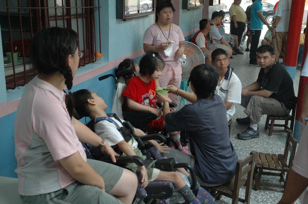 華聖草創於一座廢棄幼稚園,一切從零開始,但學員們和樂如一家人,十分溫馨。 圖/本...