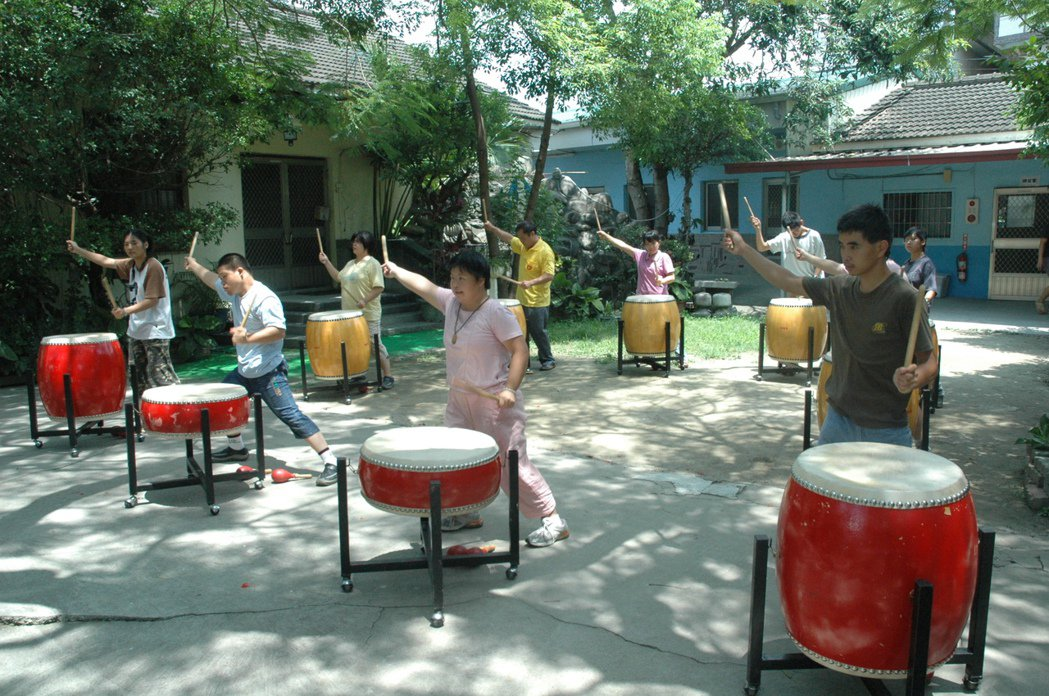 學員平日在中心大樹下苦練鼓藝。 圖/本報資料照