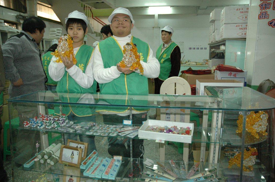 華聖啟能中心學員學手藝,讓他們擁有專櫃賺錢改建家園。 圖/本報資料照