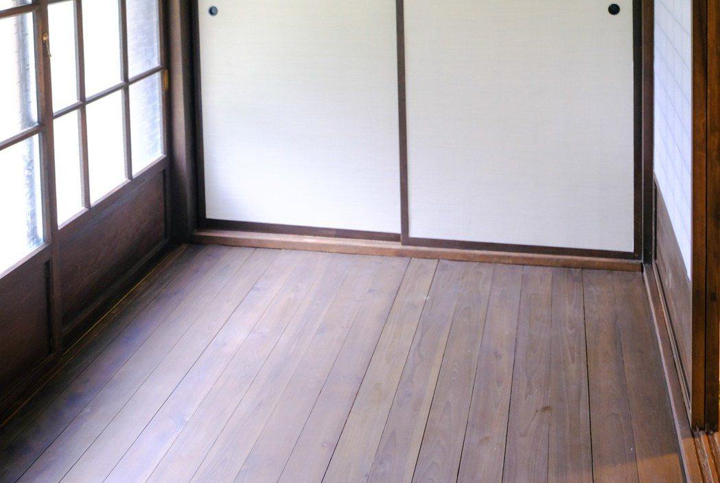 關西分駐所所長宿舍,保留室內「緣側」的防刺客「鶯聲地板」。 圖/新竹縣政府提供