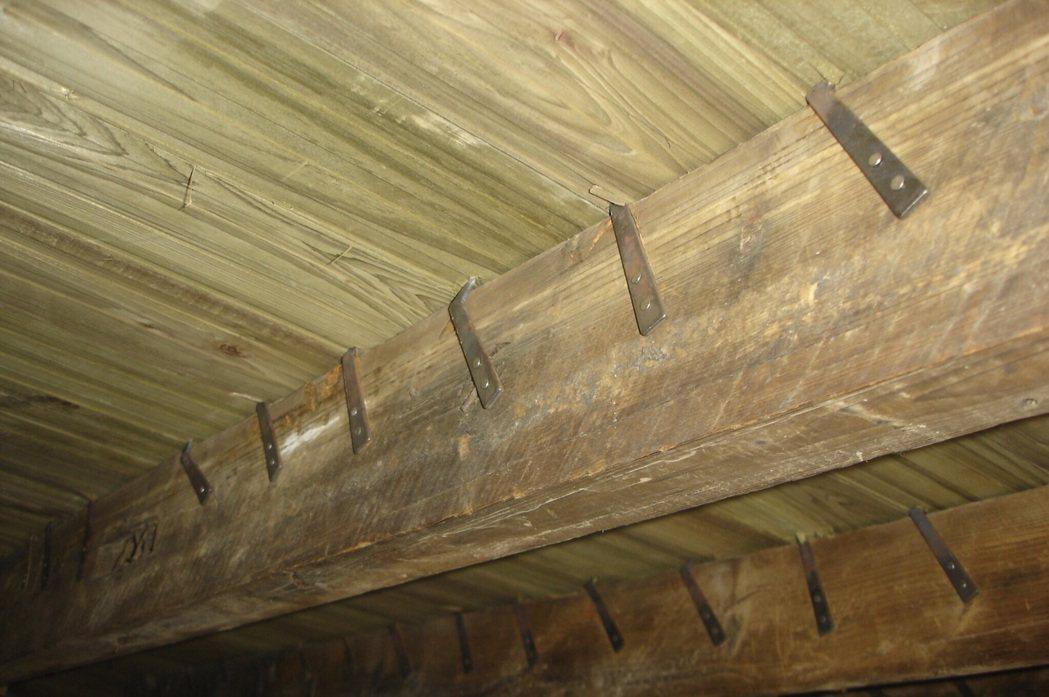 關西分駐所的所長宿舍地板下藏有「金屬鐵片」作為機關,只要有人走過地板即會發出像黃...