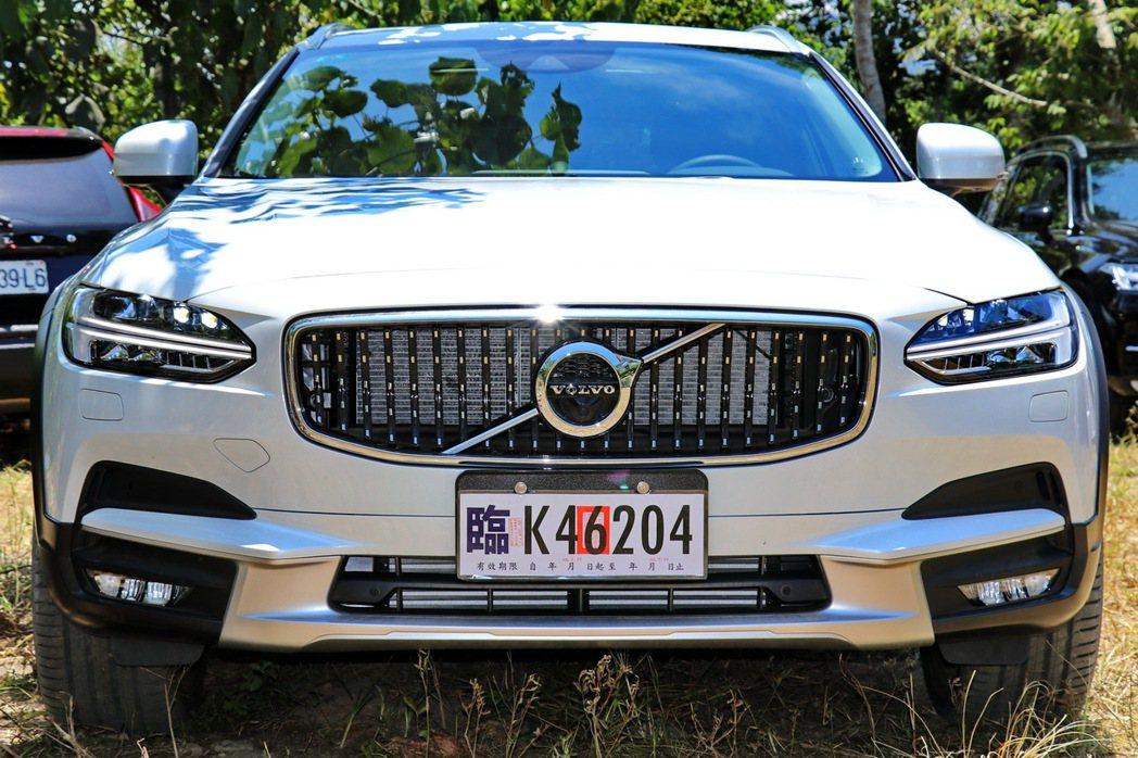 V90 Cross Country的車頭有較多越野風格的防刮材質。 記者陳威任/攝影