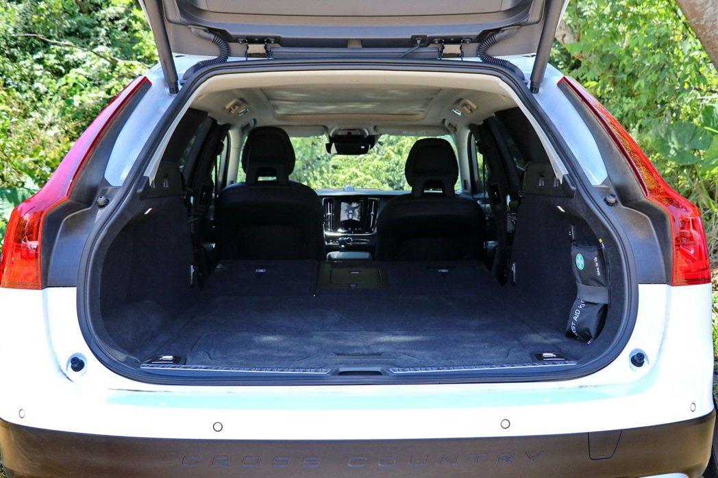 如果進一步將V90車系的後座椅傾倒後,更可提供驚人的1525L的載物空間。 記者...