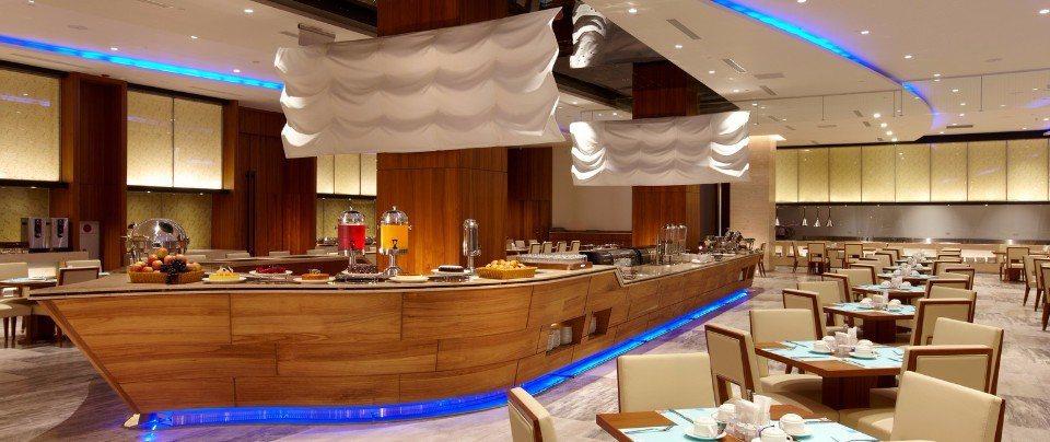 以挑高水波紋天花板及帆船造型餐檯設計,營造置身大海懷抱的氛圍,盡情享用澎湖在地美...