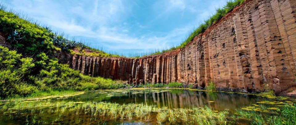 高聳的玄武岩壁倒映在水面上,如夢似幻。(欣傳媒資料照)