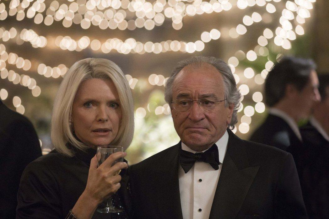 蜜雪兒菲佛與勞勃狄尼洛皆因HBO電視電影「龐氏騙局」入圍艾美獎。圖/摘自imdb