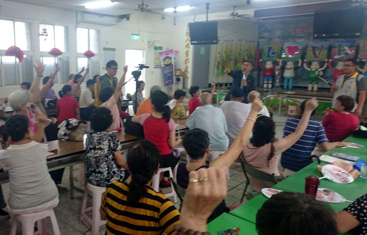 民進黨台南市長參選人李俊毅今天發起台南市民公投,要求取消徵收房屋稅,到場民眾紛紛...