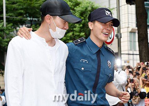 繼銀赫2天前退伍,Super Junior成員東海今(14日)也從結束義務警察兵役,上午於鐘路區首爾地方警察廳退伍,銀赫現身迎接,並給東海大擁抱,粉絲心中的「赫海CP」相隔兩年終於再度合體,現場50...