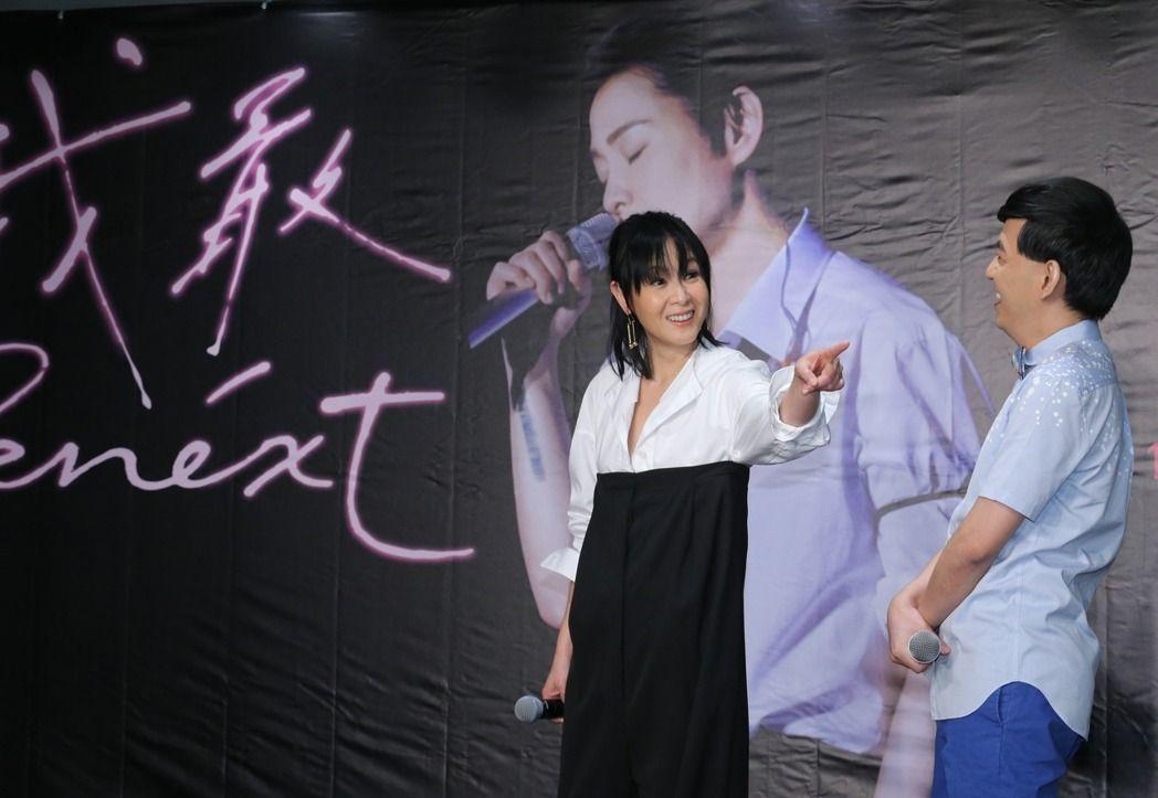 藝人劉若英(左)宣傳台北演唱會,將一連兩場在台北小巨蛋演出,記者會上主持人黃子佼