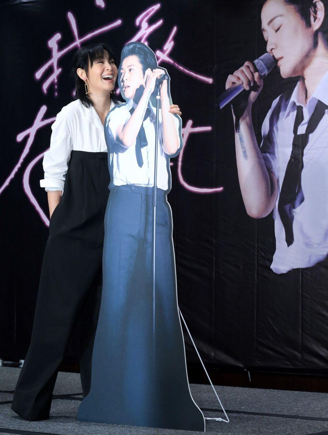 藝人劉若英宣傳台北演唱會,將一連兩場在台北小巨蛋演出,演唱會上她將化身劉若男,一...