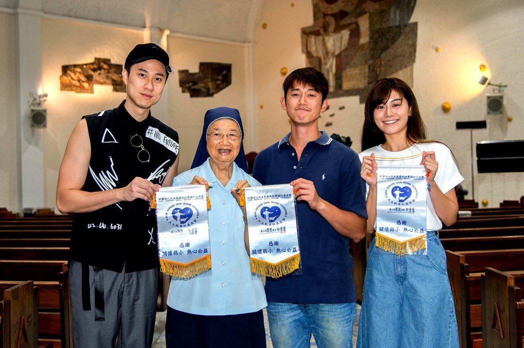 小蠻(右起)、吳慷仁、劉書宏捐款給善牧福利基金會獲頒感謝狀。圖/三立提供